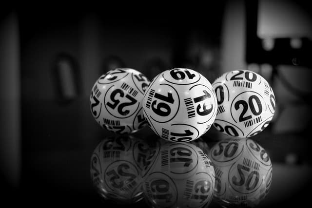 FAQComment avoir plus de chance de gagner à l'EuroMillions ? Il existe certaines stratégies qui vous permettent d'augmenter vos chances de gagner à cette loterie. La plus répandue est le fait d'omettre les chiffres inférieurs à 31 de vos choix étant donné que ce sont les plus sélectionnés par les autres joueurs. Une autre stratégie, […]